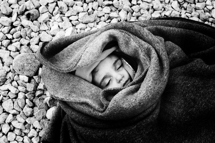 doodziek Syrisch meisje 2 jaar in transitkamp aan de grens van g